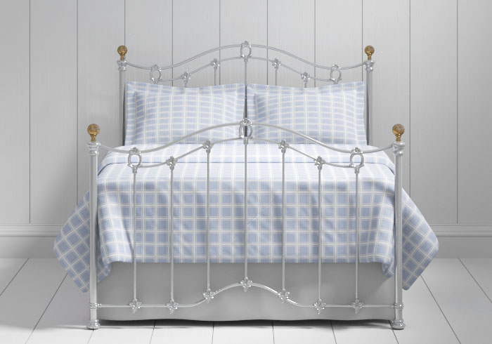 Clarina iron bed in silver with brass knobs